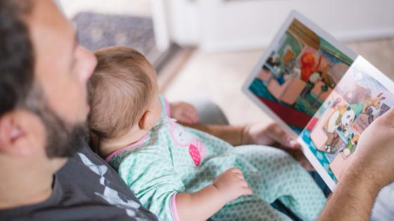 papà legge libro illustrato