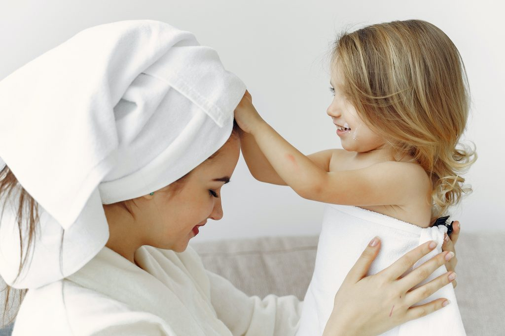 mamma e figlia inventano una storia dopo la doccia