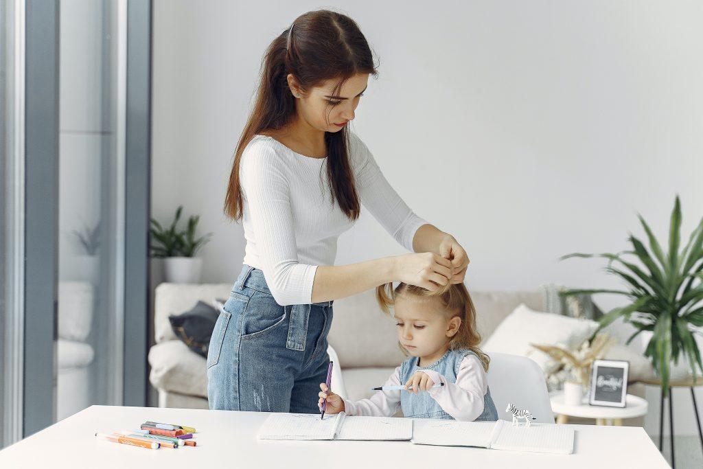 mamma e figlia giocano a raccontarsi storie