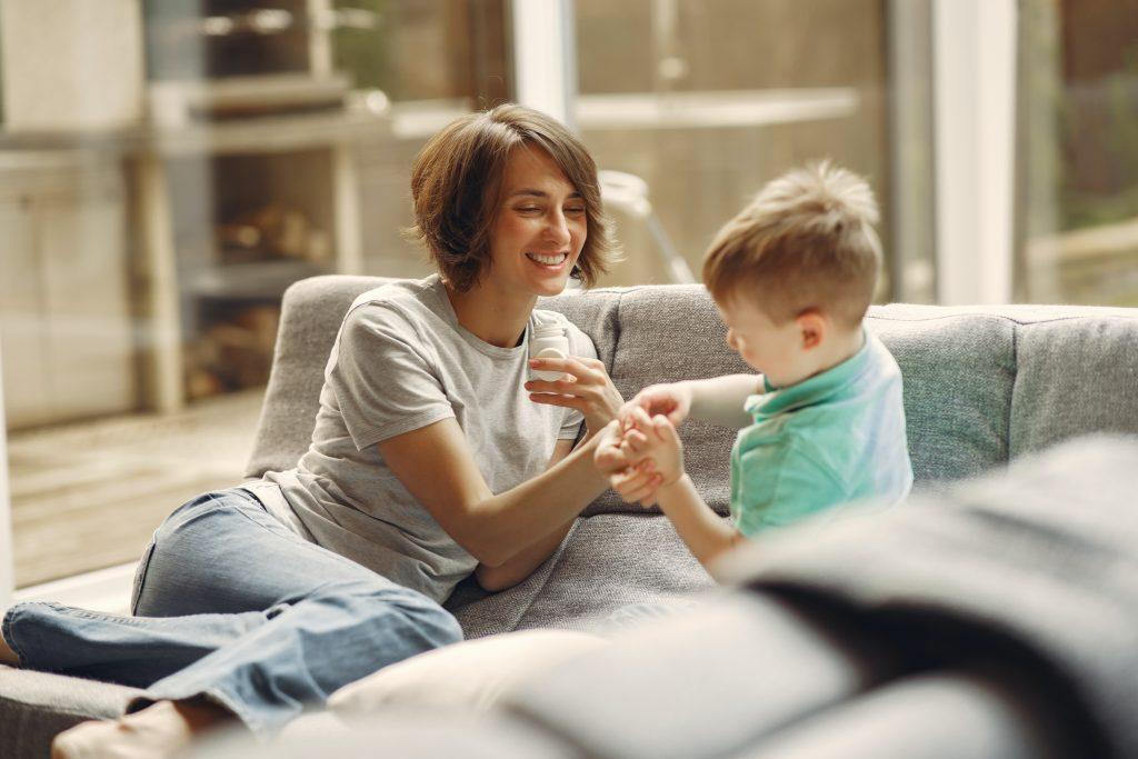inventare storie con i bambini sul divano di casa