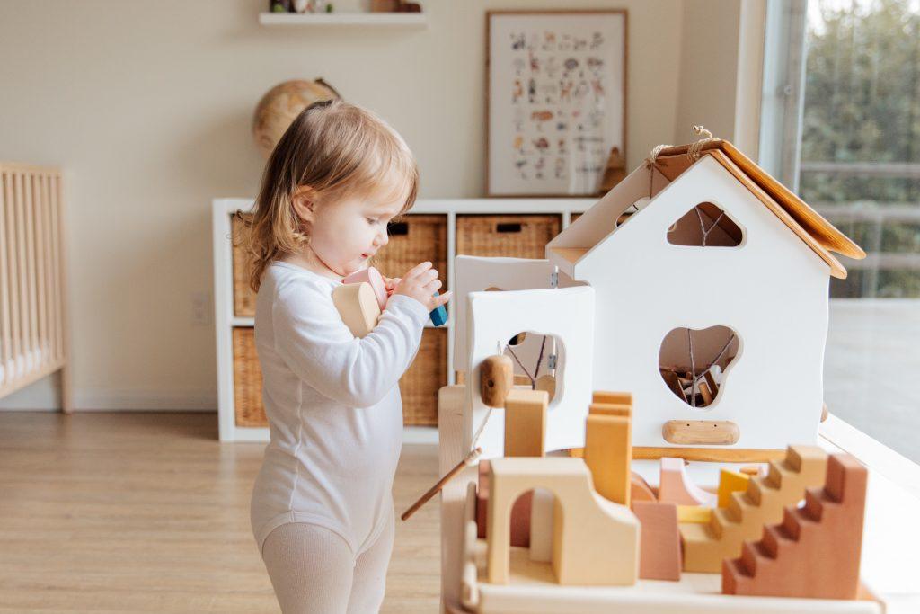 bambina piccola che gioca con le costruzioni