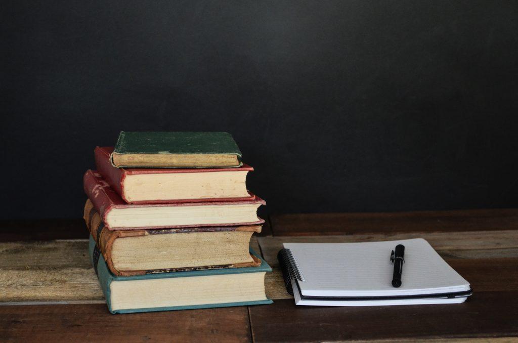 insegnare a studiare ai bambini ecco l'occorrente: libri, quaderno e penna per appunti