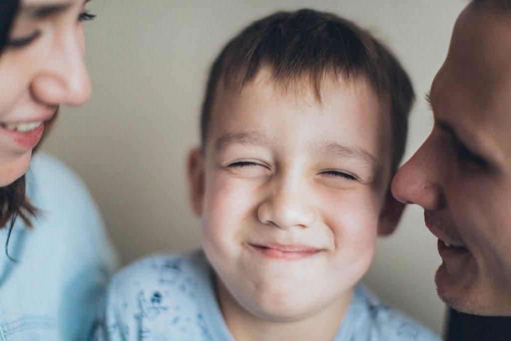 bambino felice e gratificato dai genitori