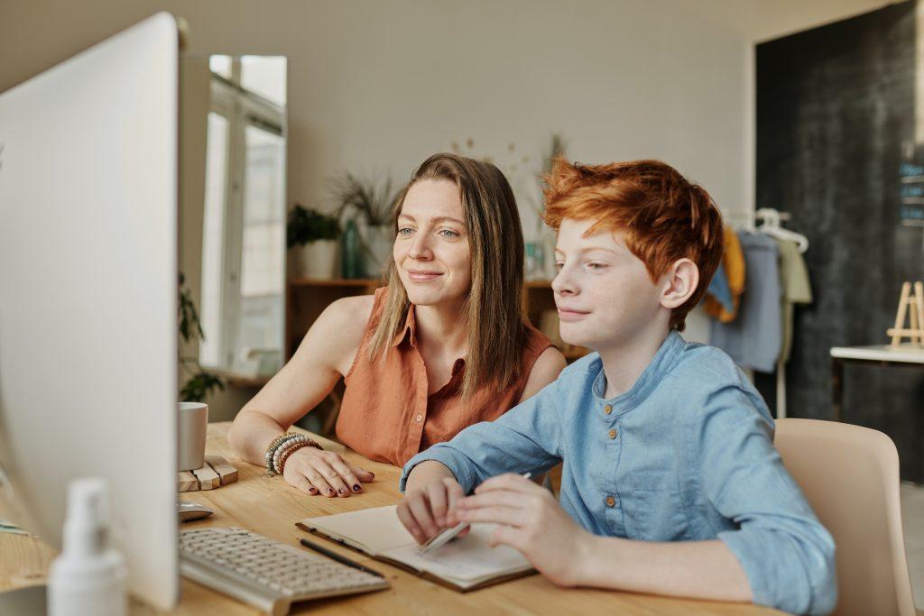 mamma aiuta figlio a fare la tesina di terza media