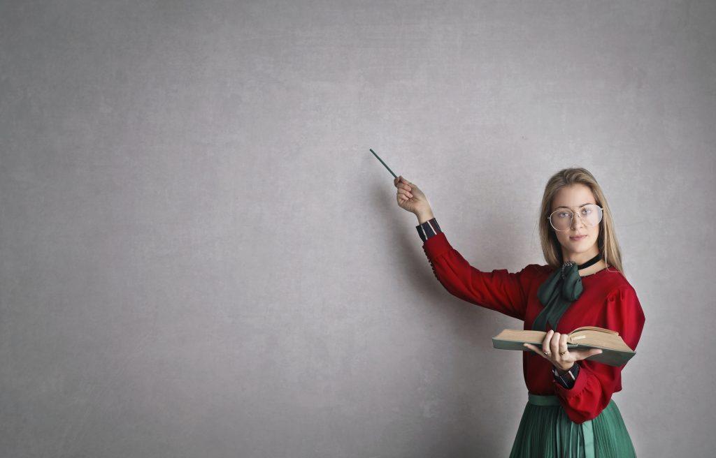 maestra indica la lavagna
