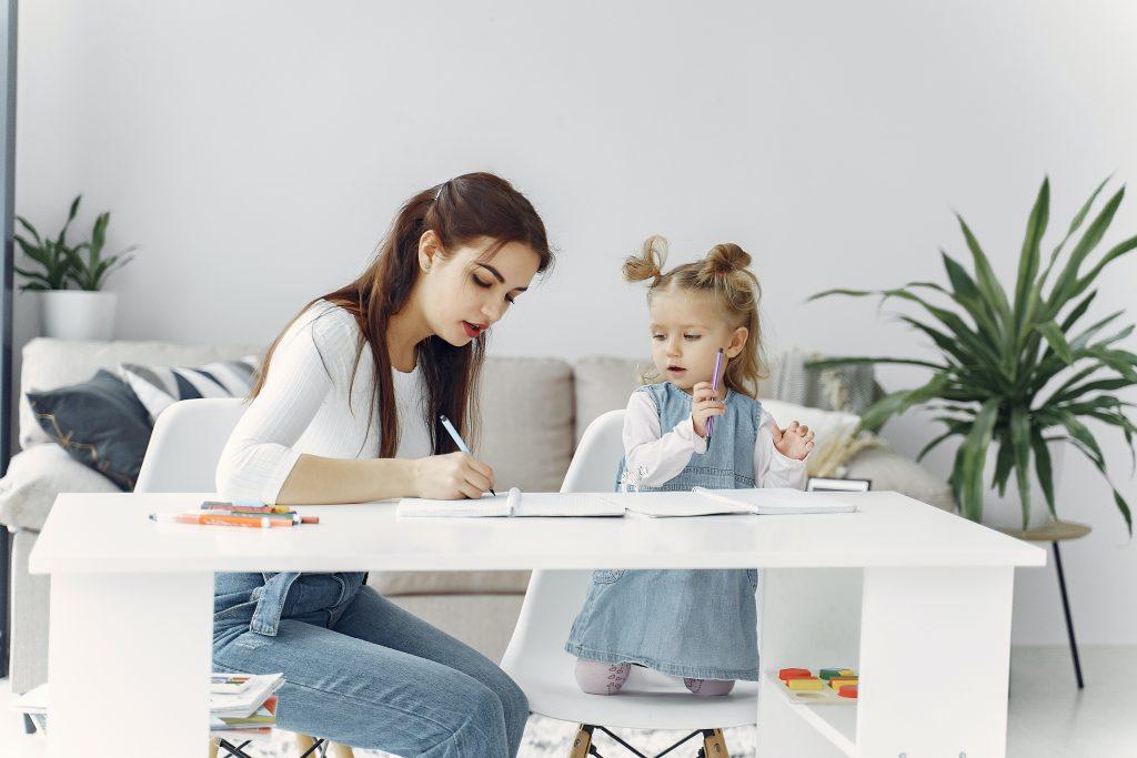 mamma e figlia disegnano e imparo a scrivere