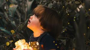 bambino che guarda il cielo