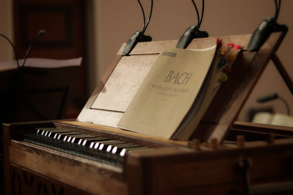 libri di Bach su una tastiera