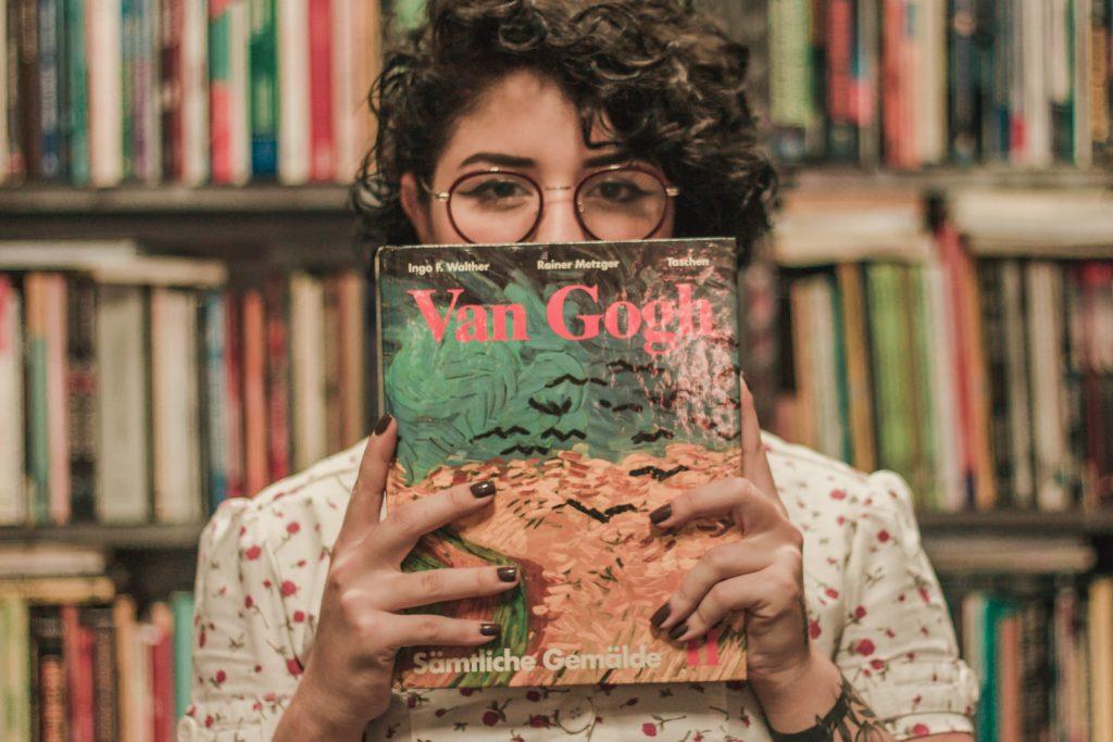 ragazza con libro di van gogh